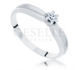 Piękny pierścionek zaręczynowy z brylantem 0,12 ct w białym złocie próby 585