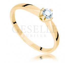 Niezwykle uroczy pierścionek zaręczynowy w żółtym złocie z unikatowym białym szafirem