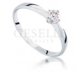 Najmodniejszy pierścionek zaręczynowy z białego złota z brylantem 0.18 ct