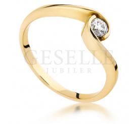 Tradycja z nutą nowoczesności - pierścionek na zaręczyny z lśniącym brylantem 0.14 ct