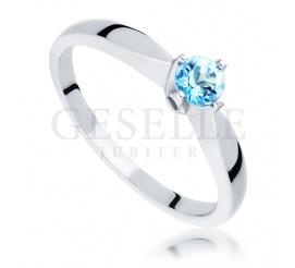 Imponujący klasyczny pierścionek z niezwykłym topazem swiss blue w białym złocie 585