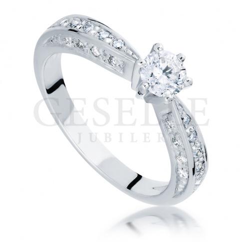 Luksusowy pierścionek z białego złota idealny na zaręczyny z brylantami o łącznej masie 0,67 ct