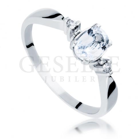 Olśniewający pierścionek z białym szafirem oraz z dwoma brylantami wykonany z białego złota