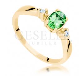 Zjawiskowy pierścionek zaręczynowy z tsavorytem i dwoma brylantami wykonany z żóltego złota