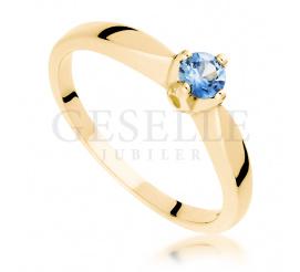 Idealny na zaręczyny pierścionek z pięknym szafirem Cejlon wykonany z żółtego złota 14 karatowego