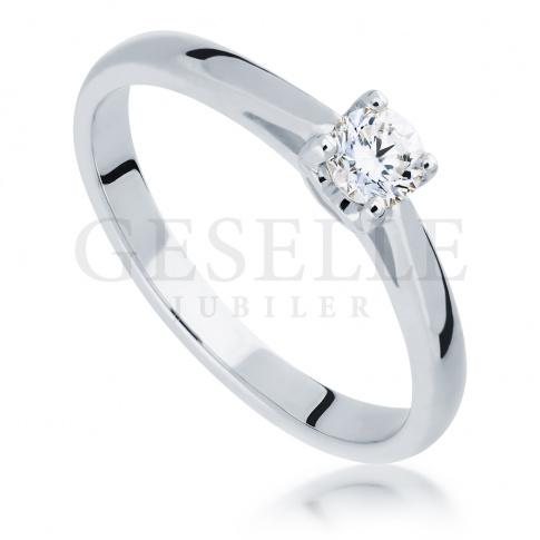 Ponadczasowy pierścionek idealny na zaręczyny z brylantem 0,20 ct w białym złocie