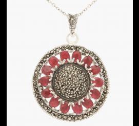 Okazała zawieszka z uroczymi rubinami uzupełniona delikatnymi markazytami została wykonana ze srebra próby 925