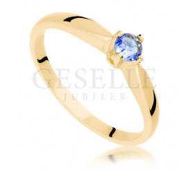 Klasyczny pierścionek wykonany z żółtego złota z przepięknym tanzanitem - idealny na zaręczyny