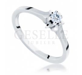 Zaręczyny w klasycznym stylu - elegancki pierścionek z białego kruszcu z brylantem 0.15 ct SI/H pr. 585