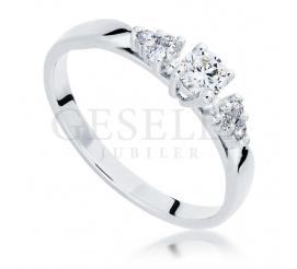 Czarujący pierścionek zaręczynowy z siedmioma lśniącymi brylantami o łącznej masie 0,25 ct wykonany z białego złota