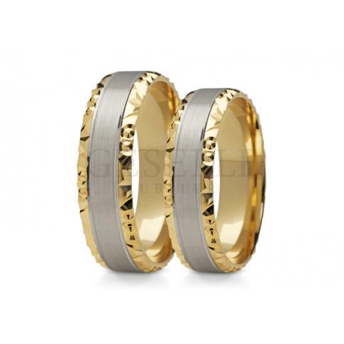 Stylowy duet obrączek z dwóch kolorów złota z ozdobną krawędzią