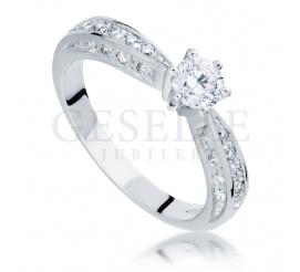 Luksusowy pierścionek z białego złota idealny na zaręczyny z brylantami o łącznej masie 0,77 ct