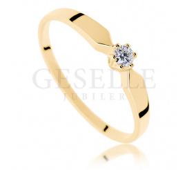 Klasyczny pierścionek z żółtego złota z brylantem o masie 0,05 ct dla Ukochanej