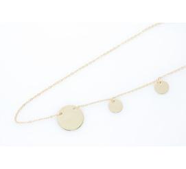 Ponadczasowy złoty łańcuszek z przywieszkami w kształcie małych kołeczek - modna celebrytka!