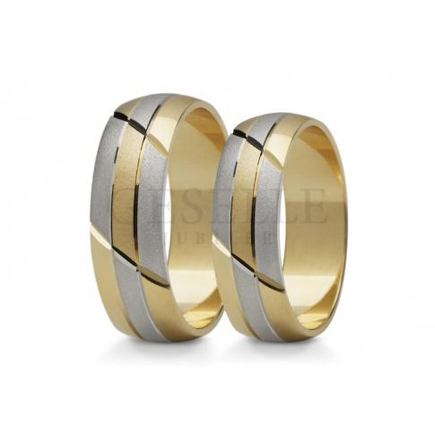 Duet dwukolorowych obrączek ślubnych z geometrycznym wzorem i matowo - błyszczącym wykończeniem