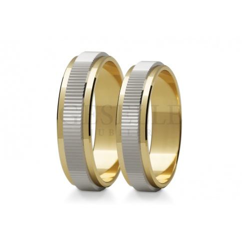 Duet obrączek ślubnych z brzegami z żółtego złota oraz białym środkiem z poprzecznymi nacięciami