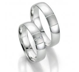 Pełne elegancji obrączki ślubne z białego złota z trzema brylantami oprawionymi w kwadrat