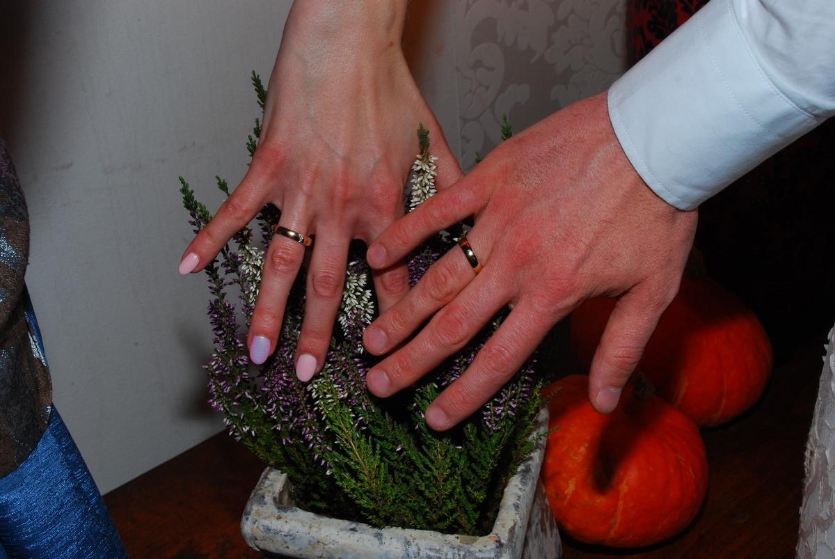 Ewa i Michał prezentują obrączki zakupione w salonie jubilerskim GESELLE