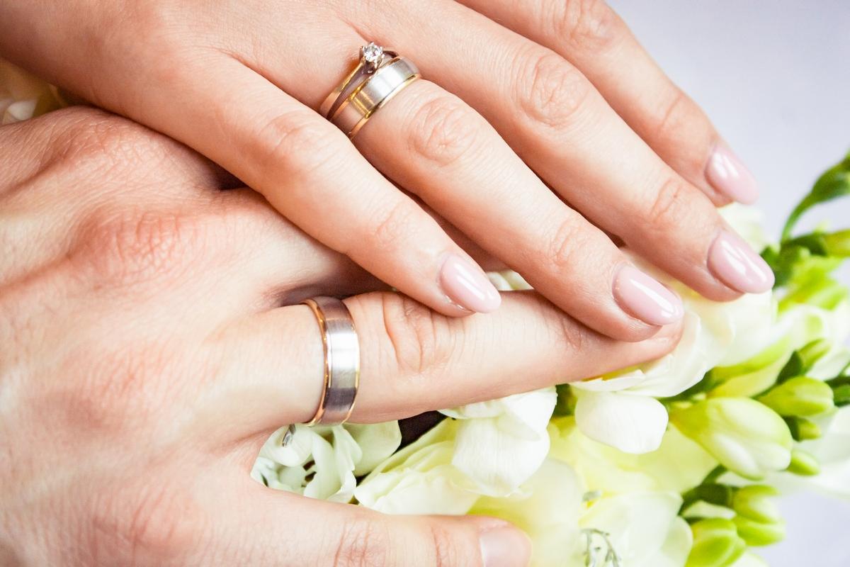 Obrączki ślubne na dłoniach Katarzyny i Andrzeja - GESELLE Jubiler